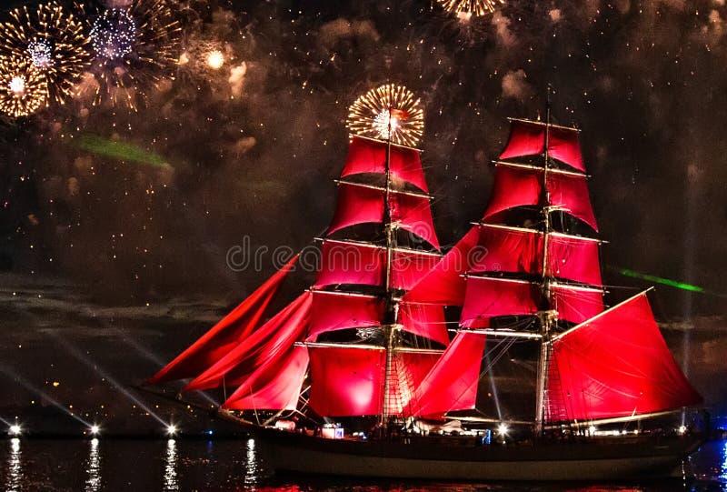 ερυθρά πανιά σκαφών και ζωηρόχρωμος κόκκινος ποταμός Neva πυροτεχνημάτων στη Αγία Πετρούπολη στοκ φωτογραφία με δικαίωμα ελεύθερης χρήσης