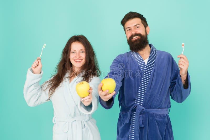 Ερωτευμένα καθαρίζοντας δόντια ζεύγους Φρεσκάδα και καθαρότητα Κρατήστε τα δόντια υγιή Υγιείς συνήθειες Δόντια βουρτσών κάθε πρωί στοκ εικόνες