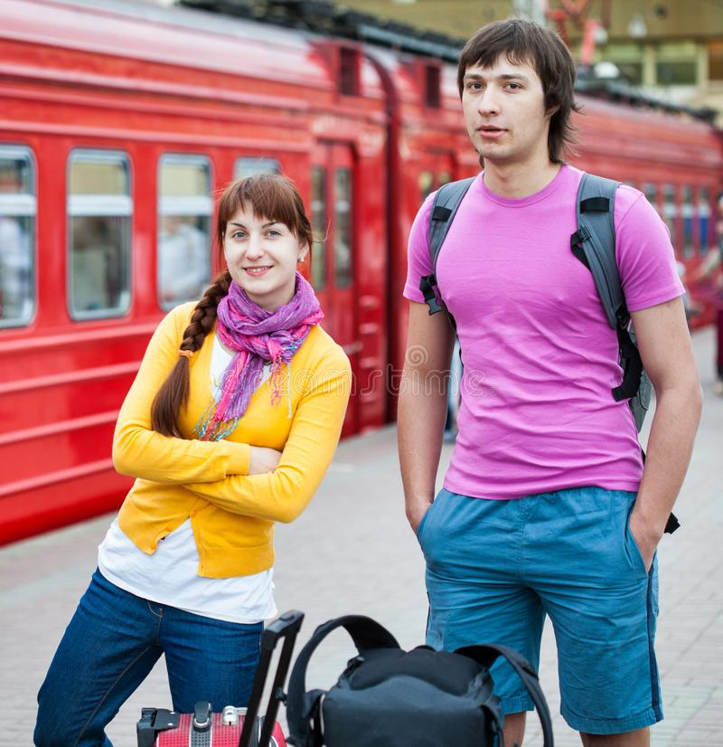 Ερωτευμένη αναμονή ζεύγους το τραίνο στοκ φωτογραφία