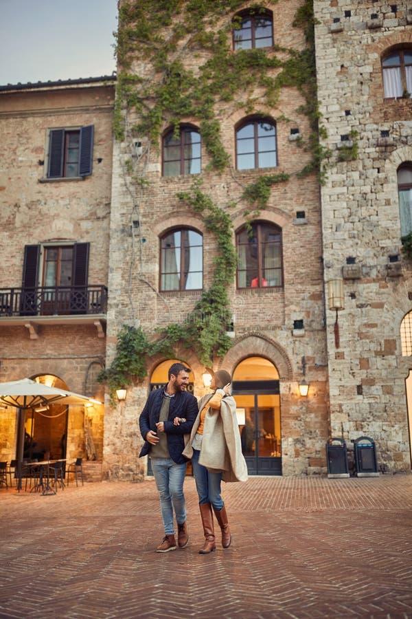 Ερωτευμένη απόλαυση ζεύγους στο ρομαντικό περπάτημα βραδιού στοκ εικόνα