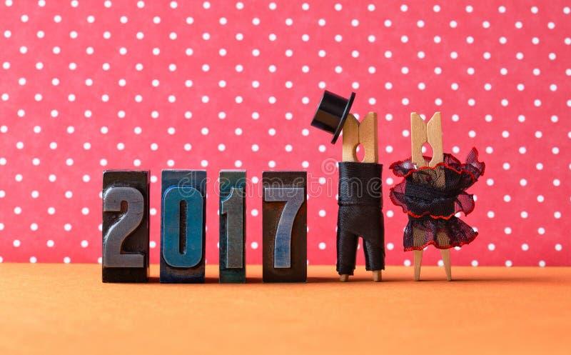 ερωτευμένη αφίσα κομμάτων έτους του 2017 Μαύρο καπέλο κοστουμιών νεόνυμφων, μαύρο κόκκινο φόρεμα νυφών Χαρακτήρες Clothespins, ημ στοκ φωτογραφίες