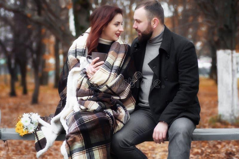 Ερωτευμένη ημερομηνία ζεύγους στο πάρκο φθινοπώρου στοκ εικόνα με δικαίωμα ελεύθερης χρήσης