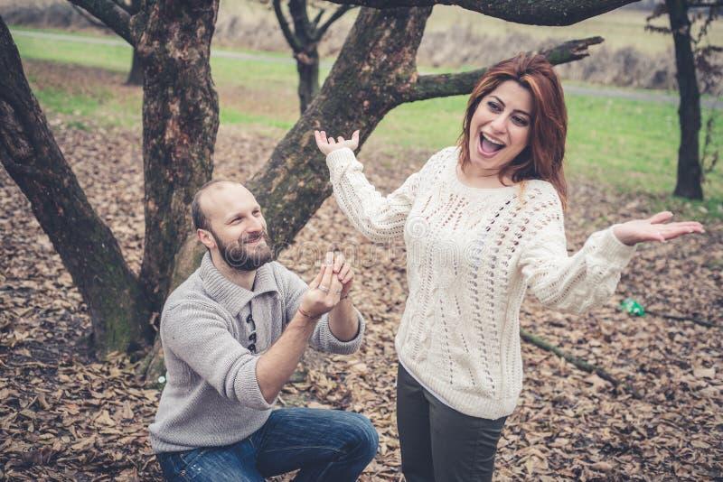 Ερωτευμένη πρόταση γάμου ζεύγους στοκ εικόνα