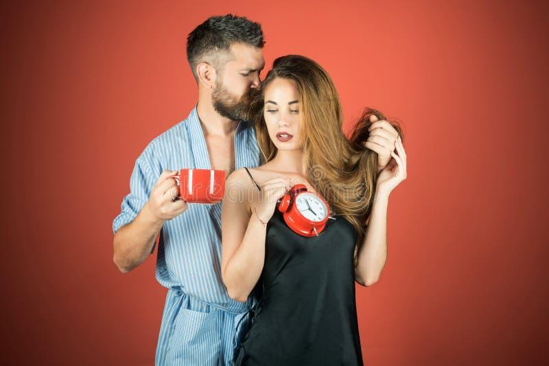 ερωτευμένος καφές ή τσάι πρωινού ποτών ζευγών στοκ φωτογραφία με δικαίωμα ελεύθερης χρήσης