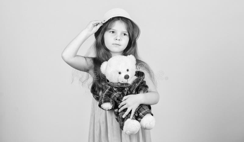 Ερωτευμένος με χαριτωμένο teddy αντέξτε E Τρυφερές συνδέσεις Το μικρό κορίτσι παιδιών αγκαλιάζει προσεκτικά το μαλακό παιχνίδι te στοκ φωτογραφία με δικαίωμα ελεύθερης χρήσης