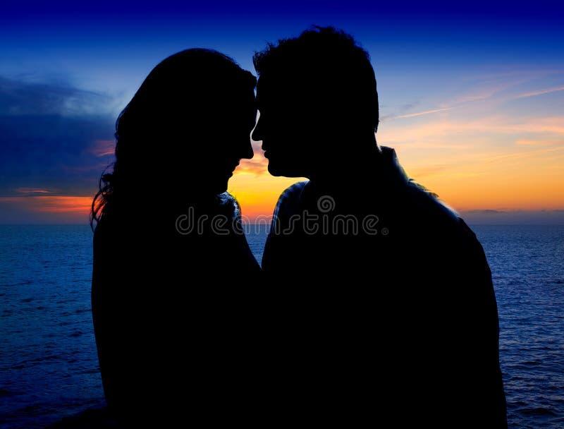 Ερωτευμένο αγκάλιασμα ζεύγους στο suset στη θάλασσα στοκ εικόνες με δικαίωμα ελεύθερης χρήσης