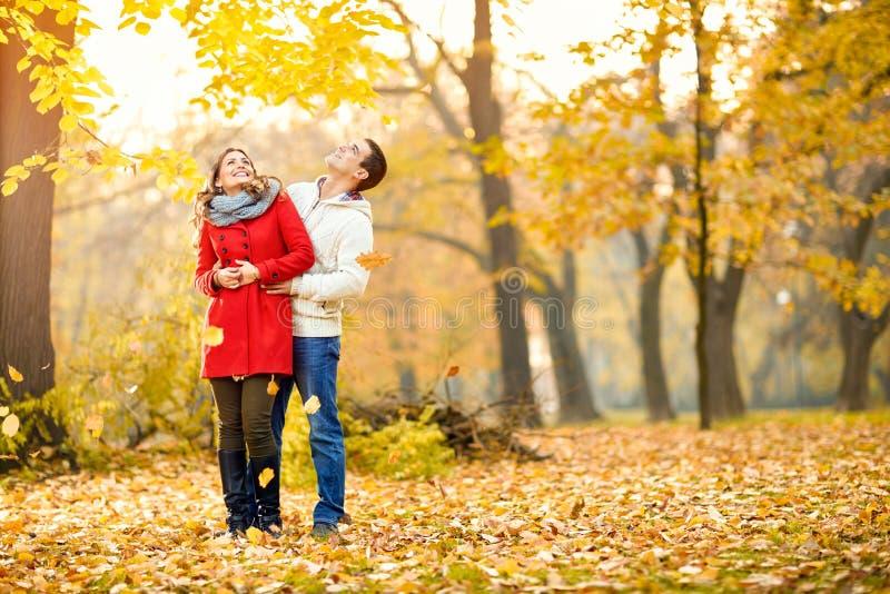 Ερωτευμένο αγκάλιασμα ζεύγους στο πάρκο στοκ φωτογραφία με δικαίωμα ελεύθερης χρήσης