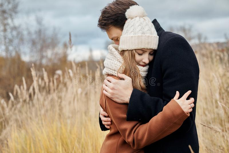 Ερωτευμένο περπάτημα ζεύγους στο πάρκο, ημέρα βαλεντίνων ` s Ένας άνδρας και μια γυναίκα αγκαλιάζουν και φιλούν, ερωτευμένα, τρυφ στοκ φωτογραφίες με δικαίωμα ελεύθερης χρήσης