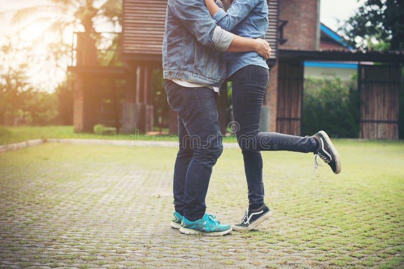 Ερωτευμένο φίλημα ζευγών Hipster στο φως θερινών ήλιων Φιλί ST αγάπης στοκ φωτογραφία με δικαίωμα ελεύθερης χρήσης