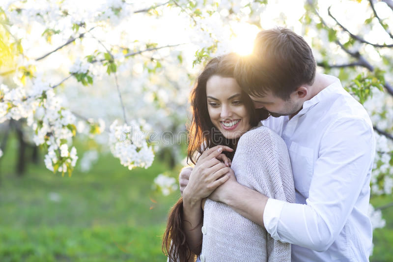 Ερωτευμένο φίλημα ζεύγους και αγκάλιασμα την άνοιξη του πάρκου στοκ φωτογραφίες