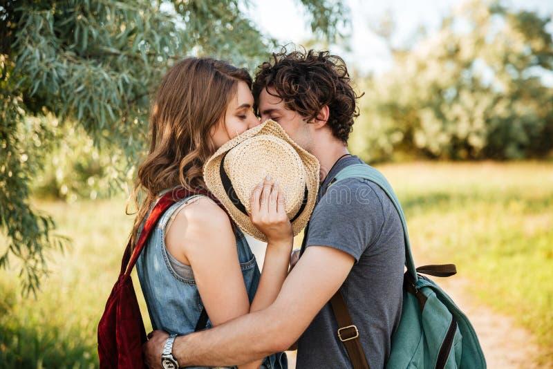 Ερωτευμένο φίλημα ζεύγους με τις προσοχές τους ιδιαίτερες στο δάσος στοκ φωτογραφίες