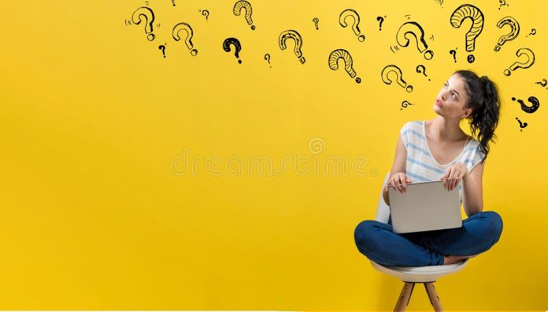 Ερωτηματικά με τη γυναίκα που χρησιμοποιεί ένα lap-top στοκ εικόνες με δικαίωμα ελεύθερης χρήσης