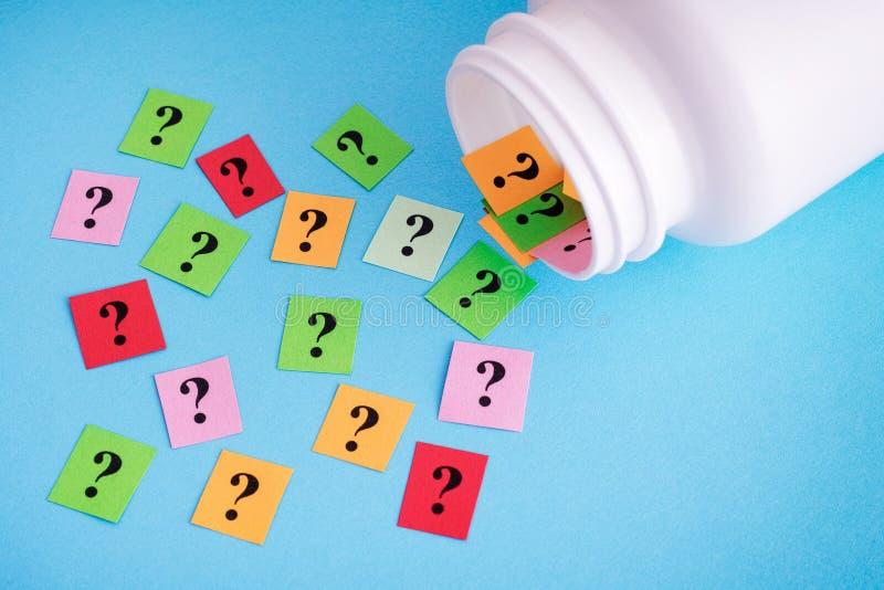 Ερωτηματικά που ανατρέπουν από το ιατρικό μπουκάλι στοκ εικόνα με δικαίωμα ελεύθερης χρήσης