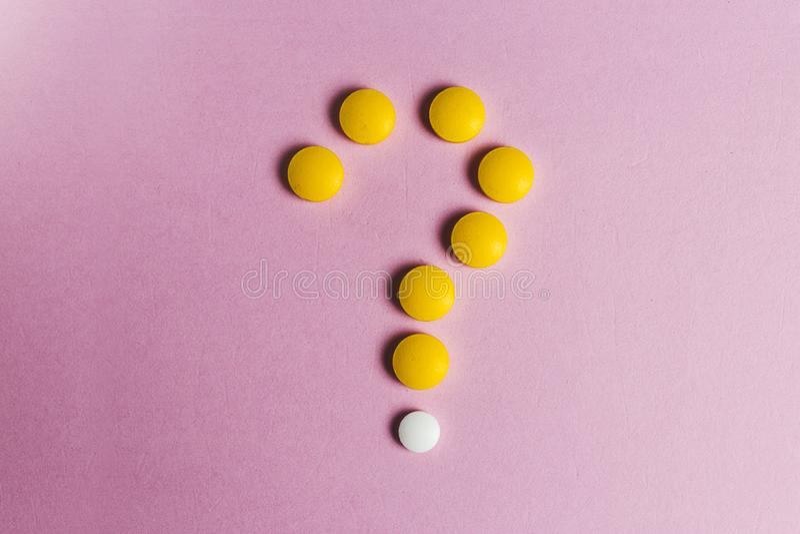 Ερωτηματικό που γίνεται από τα χάπια Νέα ιδέα ή καινοτομία στην επιστήμη ή τη βιομηχανία φαρμάκων Να αναρωτηθεί ιατρικά ζητήματα στοκ φωτογραφίες