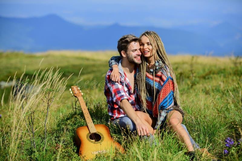 Ερωτική ιστορία ευτυχισμένοι φίλοι με κιθάρα δυτική κατασκήνωση πεζοπορία ζευγάρι ερωτευμένος περνάει ελεύθερο χρόνο μαζί φιλία στοκ εικόνες