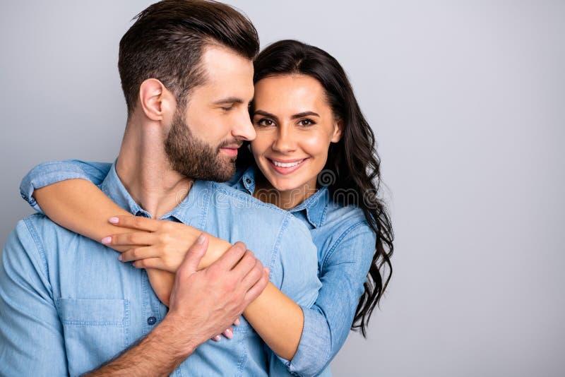 Ερωτικός δεσμός Πορτρέτο της γοητείας του ζεύγους του χιλιετούς εύθυμου θετικού που τοποθετεί τα χέρια γύρω από τη θωρακική κυματ στοκ φωτογραφία με δικαίωμα ελεύθερης χρήσης