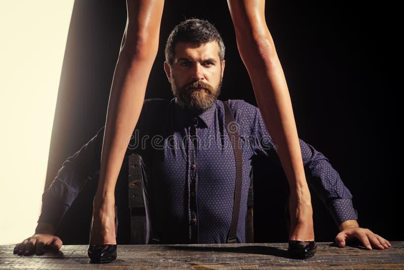 Ερωτικός δεσμός στην εργασία Τύπος στον πίνακα με τα θηλυκά πόδια στοκ φωτογραφία με δικαίωμα ελεύθερης χρήσης