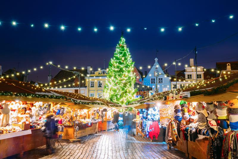 Εσθονία Ταλίν Παραδοσιακή αγορά Χριστουγέννων στο τετράγωνο Δημαρχείων στοκ εικόνα