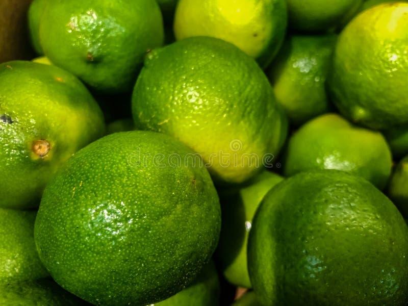 Εσπεριδοειδή του ασβέστη στην αγορά φρούτων Εκλεκτική εστίαση στοκ εικόνα με δικαίωμα ελεύθερης χρήσης