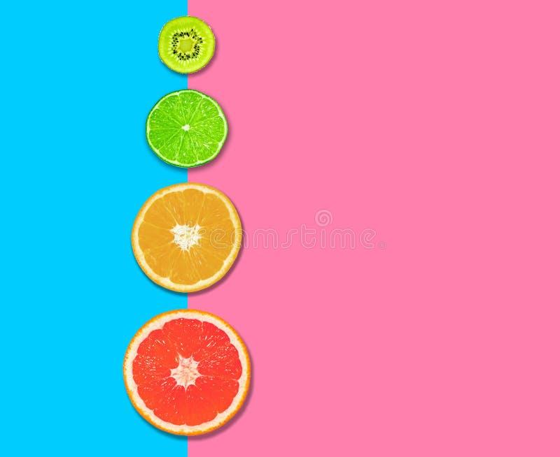 Εσπεριδοειδή, φέτες γκρέιπ-φρουτ, πορτοκαλί, λεμόνι και ακτινίδιο ροζ μπλε φόντο Έννοια της υγιεινής διατροφής επίπεδη Επάνω όψη στοκ φωτογραφία με δικαίωμα ελεύθερης χρήσης