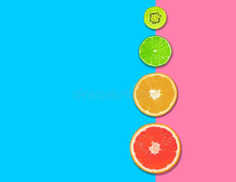 Εσπεριδοειδή, φέτες γκρέιπ-φρουτ, πορτοκαλί, λεμόνι και ακτινίδιο ροζ μπλε φόντο Έννοια της υγιεινής διατροφής επίπεδη Επάνω όψη στοκ φωτογραφίες με δικαίωμα ελεύθερης χρήσης