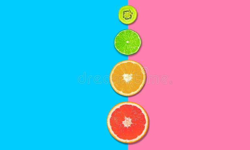 Εσπεριδοειδή, φέτες γκρέιπ-φρουτ, πορτοκαλί, λεμόνι και ακτινίδιο ροζ μπλε φόντο Έννοια της υγιεινής διατροφής επίπεδη Επάνω όψη στοκ εικόνα