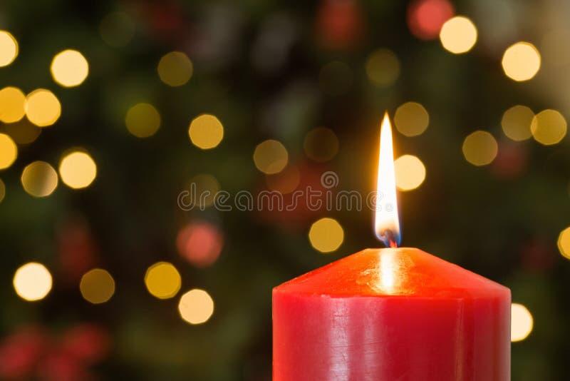 Εστίαση στο κόκκινο κερί Χριστουγέννων στοκ φωτογραφίες με δικαίωμα ελεύθερης χρήσης