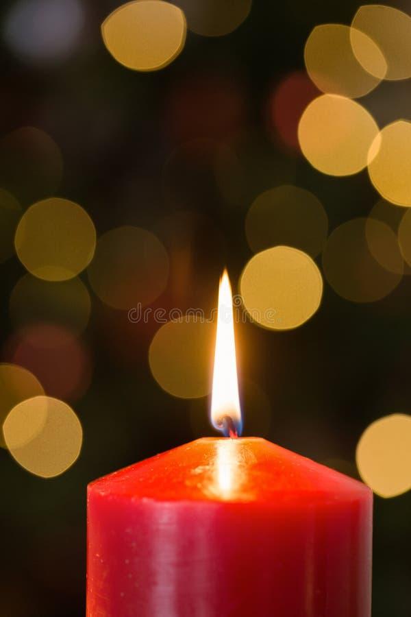Εστίαση στο κόκκινο κερί Χριστουγέννων στοκ φωτογραφία με δικαίωμα ελεύθερης χρήσης
