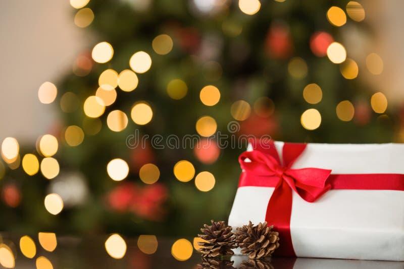 Εστίαση στο δώρο Χριστουγέννων και τον κώνο πεύκων στοκ εικόνες
