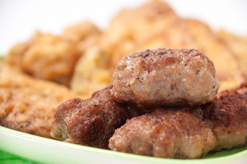 Εστίαση στο kebab στο πιάτο με το μικτό κρέας στοκ εικόνες με δικαίωμα ελεύθερης χρήσης
