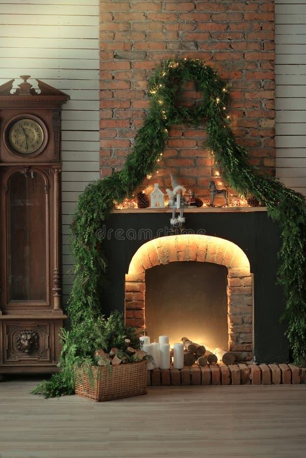 Εστία με τα κεριά και τις βελόνες πεύκων στοκ εικόνες
