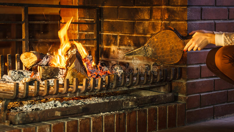 Download Εστία χεριών κινηματογραφήσεων σε πρώτο πλάνο που κάνει την πυρκαγιά με τους φυσητήρες Στοκ Εικόνα - εικόνα από χαλάρωση, lifestyle: 62706223