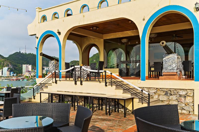 Εστιατορίων πυροβολικού θερινός καφές πεζουλιών κανόνων εσωτερικός Πεζούλι θάλασσας εστιατορίων από την παραλία Πόλη BA γατών στοκ εικόνα με δικαίωμα ελεύθερης χρήσης