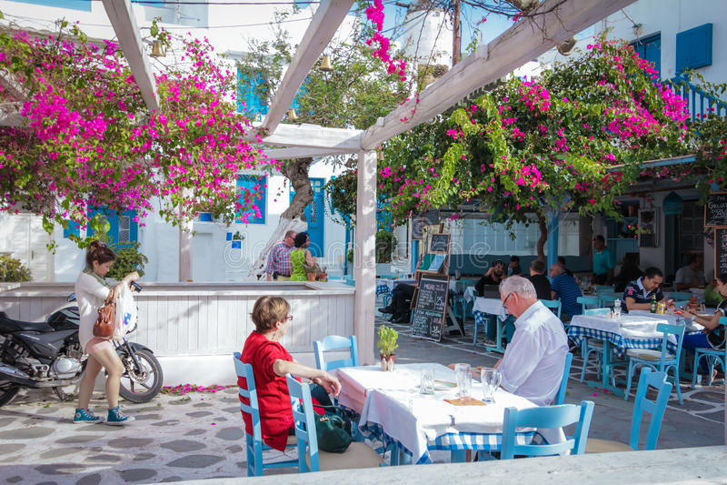Εστιατόριο με το δέντρο και λουλούδι στη Μύκονο Ελλάδα στοκ εικόνες