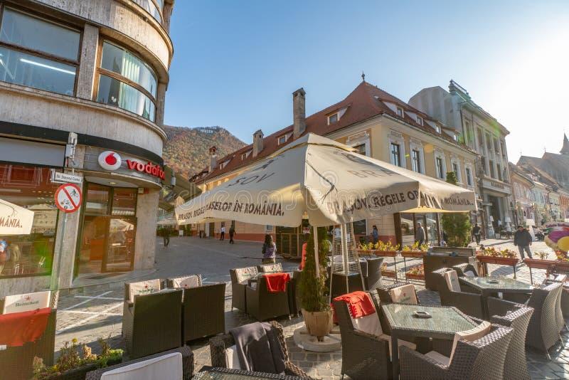 Εστιατόριο οδών στο κέντρο παλαιού Brasov στη Ρουμανία στοκ φωτογραφίες
