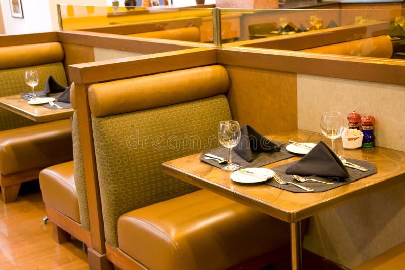 Εστιατόριο πολυτέλειας με τις άνετες διατάξεις θέσεων στοκ εικόνες