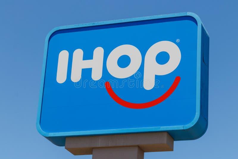 Εστιατόριο τηγανιτών IHOP Το διεθνές σπίτι των τηγανιτών επεκτείνει τις επιλογές τους για να περιλάβει τα burgers IV στοκ εικόνες