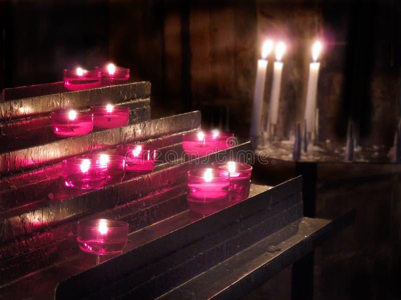 Εσωτερικά κεριά προσευχής LIT εκκλησιών r E στοκ εικόνα με δικαίωμα ελεύθερης χρήσης