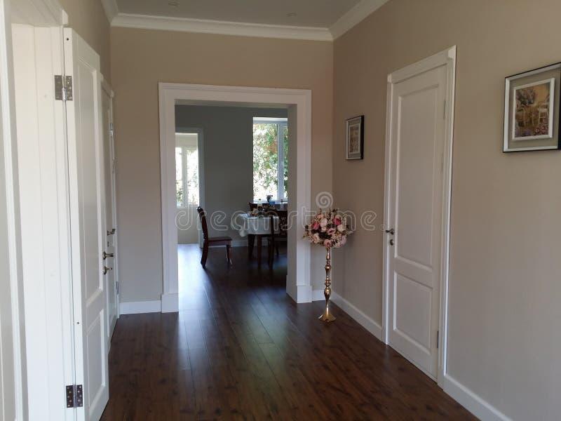 Εσωτερικές άσπρες πόρτες σχεδίου στοκ εικόνα