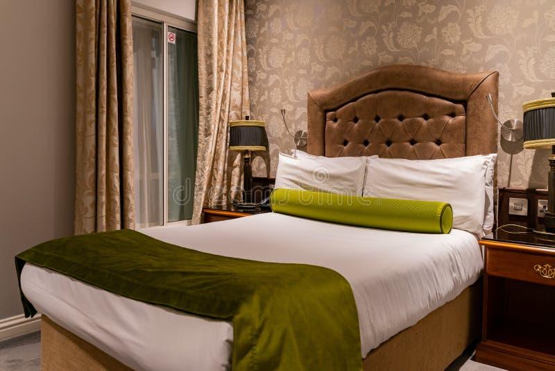 Εσωτερική άποψη ενός δωματίου σε ένα ξενοδοχείο με το πράσινο και άσπρ στοκ φωτογραφίες με δικαίωμα ελεύθερης χρήσης