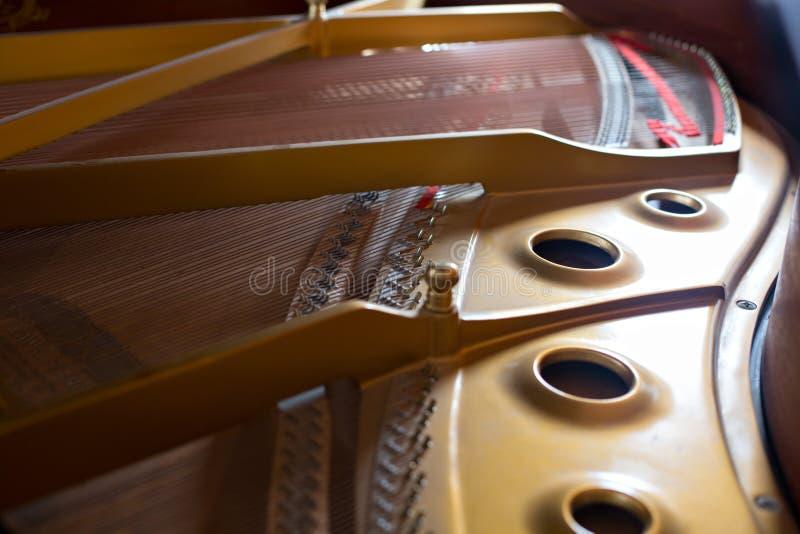 Εσωτερική άποψη ενός κλασσικού πιάνου στοκ φωτογραφία