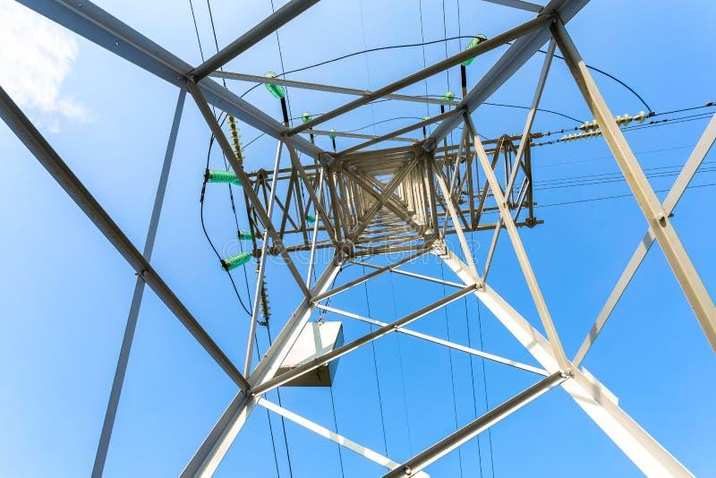 Εσωτερική άποψη της δομής κάτω από τον πύργο μετάδοσης δύναμης στοκ φωτογραφία