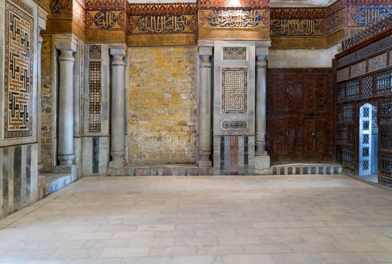 Εσωτερική άποψη των διακοσμημένων μαρμάρινων τοίχων που περιβάλλουν το κενοτάφιο στο μαυσωλείο του σουλτάνου Qalawun, Κάιρο, Αίγυ στοκ εικόνα με δικαίωμα ελεύθερης χρήσης