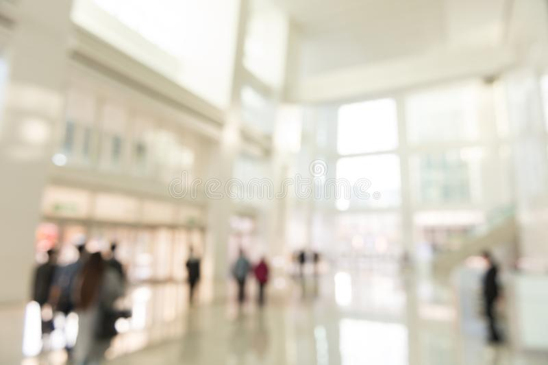 Εσωτερική άποψη υποβάθρου θαμπάδων που κοιτάζει έξω προς στις κενές πόρτες λόμπι και εισόδων γραφείων στοκ φωτογραφία με δικαίωμα ελεύθερης χρήσης