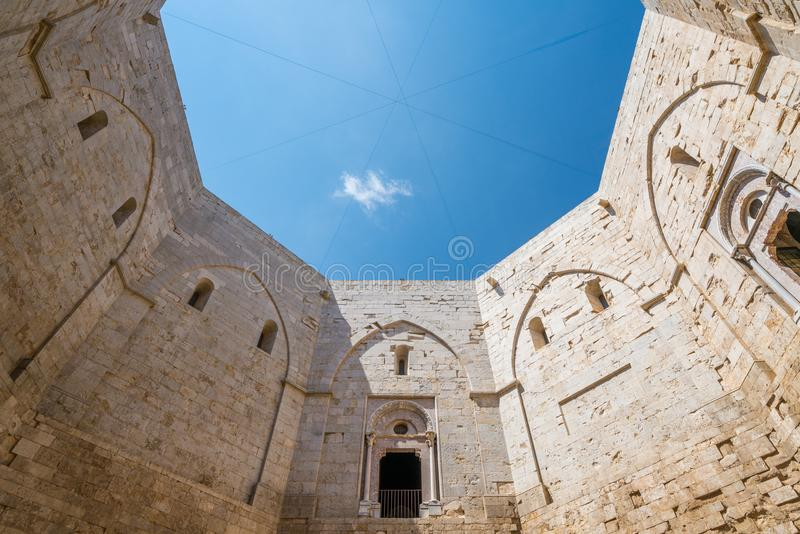 Εσωτερική άποψη Castel del Monte, διάσημο μεσαιωνικό φρούριο σε Apulia, νότια Ιταλία στοκ εικόνες