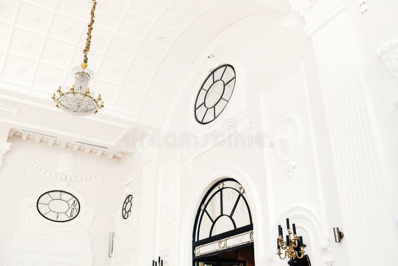 Εσωτερική αίθουσα πολυτέλειας με τον πολυέλαιο στοκ φωτογραφία με δικαίωμα ελεύθερης χρήσης