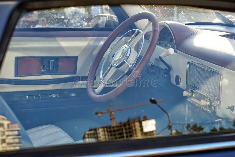 Εσωτερική αναδρομική άποψη αυτοκινήτων από την πλευρά, εσωτερικό και παλαιό τιμόνι δέρματος στοκ εικόνες με δικαίωμα ελεύθερης χρήσης