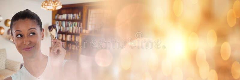 Εσωτερική γυναίκα σχεδιαστών που σκέφτεται στο εκλεκτικό σπίτι με τη χρυσή μετάβαση σπινθηρισμάτων στοκ φωτογραφίες