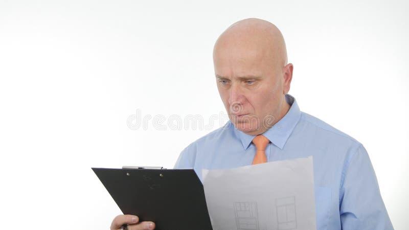 Εσωτερική εικόνα με την εργασία επιχειρηματιών με τα έγγραφα στοκ εικόνα με δικαίωμα ελεύθερης χρήσης