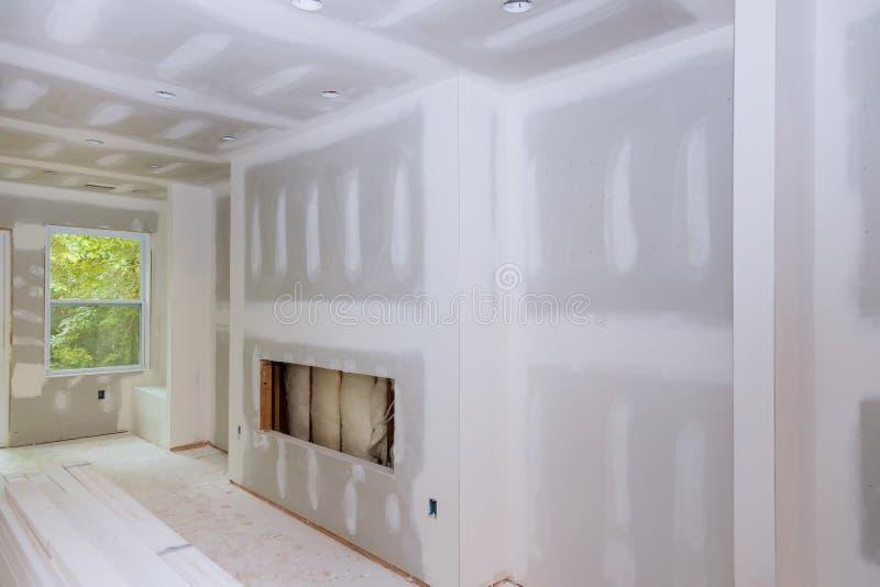 Εσωτερική κατασκευή του ξηρού τοίχου κατοικίας που εγκαθίσταται και που επιδιορθώνεται χωρίς ζωγραφική που εφαρμόζεται στοκ φωτογραφία με δικαίωμα ελεύθερης χρήσης
